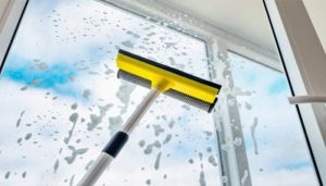 نظافت و نگهداری در و پنجره دوجداره